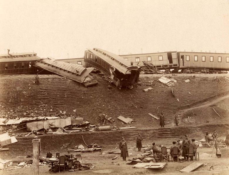 Катастрофа императорского поезда 17 октября 1888 года. Разрушенные вагоны — столовая и великокняжеский вагон. Фотография Иваницкого