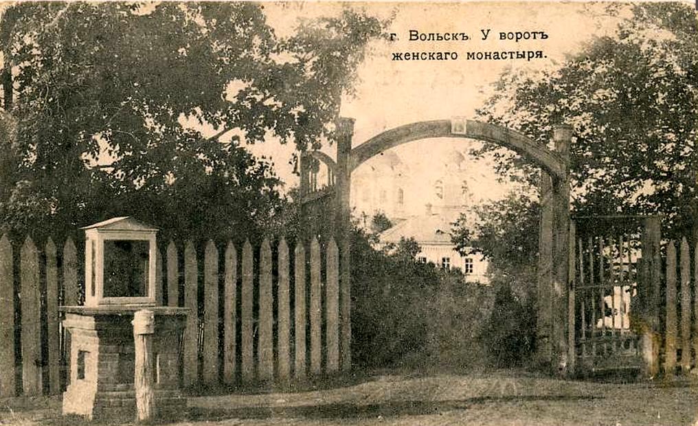 У ворот женского монастыря
