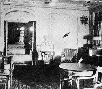 Интерьеры Morro Castle. This is a photo of the writing room aboard the Morro Castle. The arrow indicates where the fire was found.