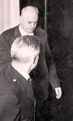 1953 г обвиняемый в двойном убийстве Джордж Роджерс направляется на судебное заседание