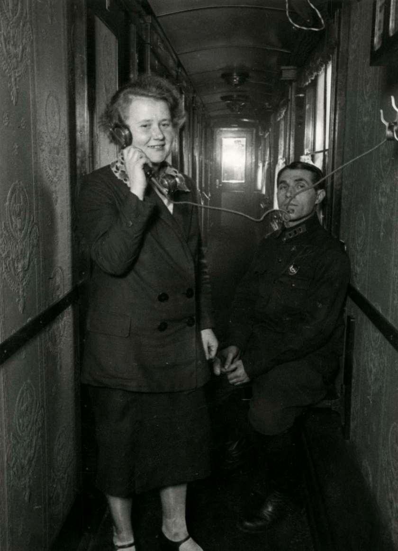 Вагон-ресторан с прямой телефонной связью. Женщина разговаривает по телефону, а рядом находится некий полковник.