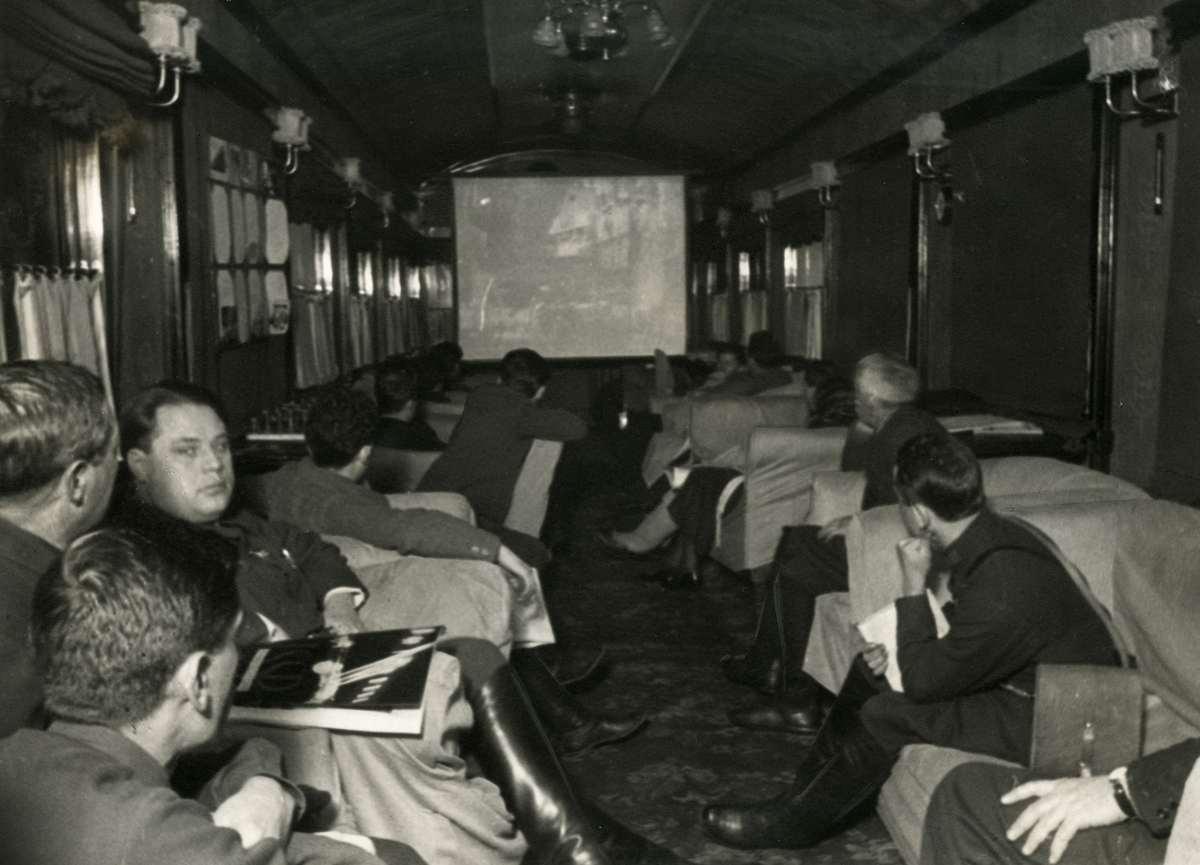 Во время долгого путешествия пассажиры могут смотреть фильмы в вагоне-кинозале