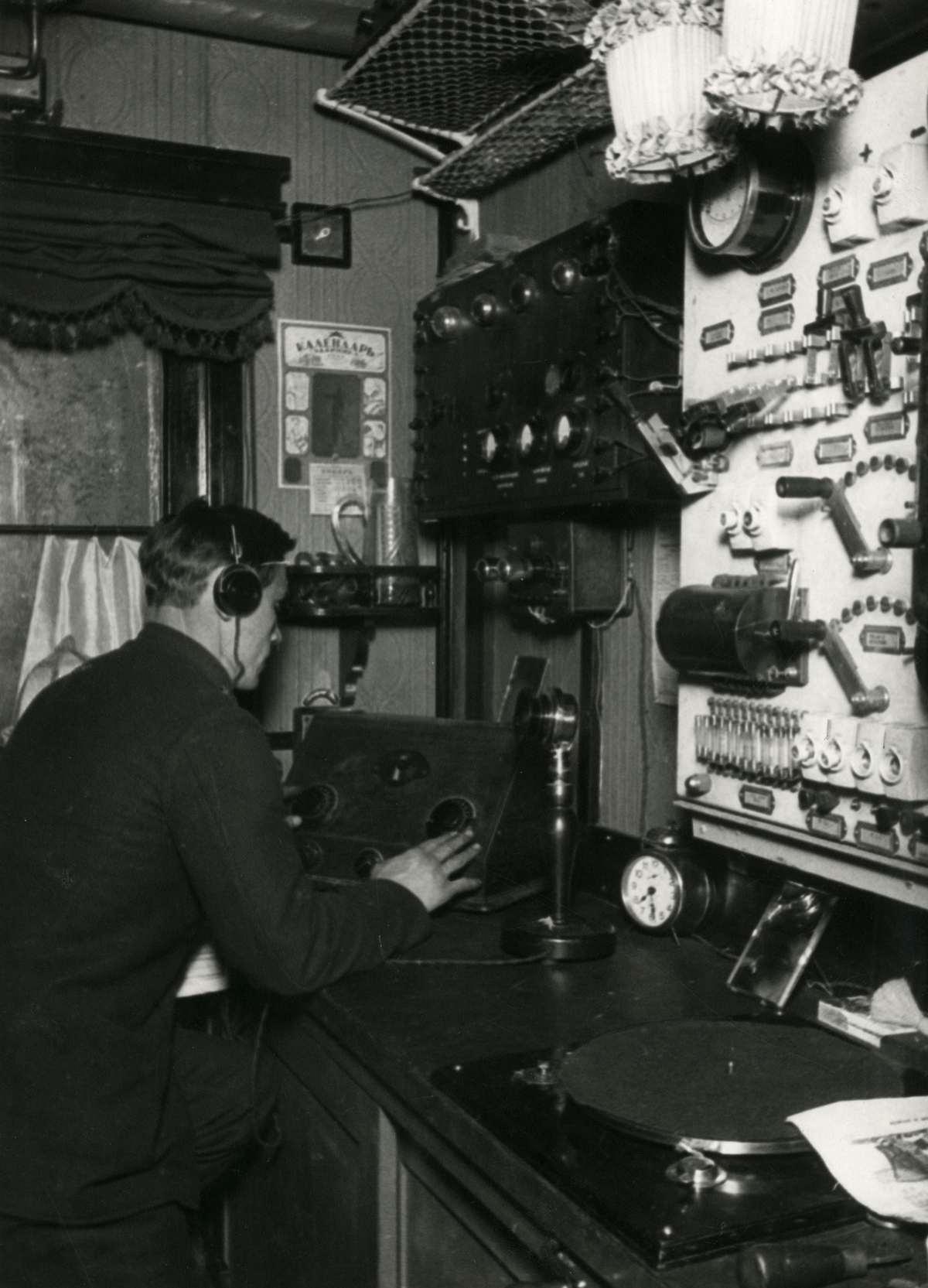 Радиорубка, из которой транслируются радиоконцерты и записанные сообщения