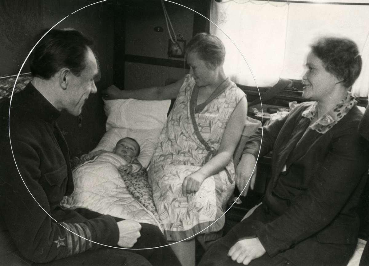 Пассажирское купе. Семья пассажиров с ребенком