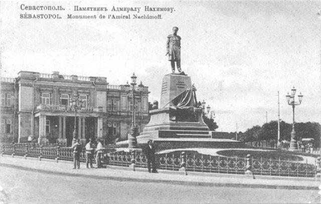 Памятник Нахимову На заднем плане здание Морского (Офицерского) собрания