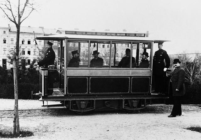 Картинки по запросу 1881 - В Германии открыто пассажирское движение на первом в мире трамвае.