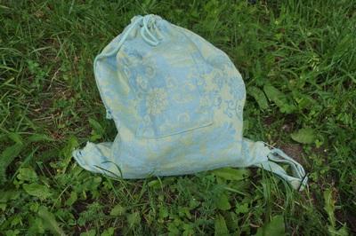 рюкзак голубой в траве