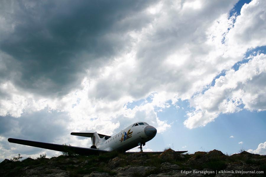 Як-40 на пъедестале