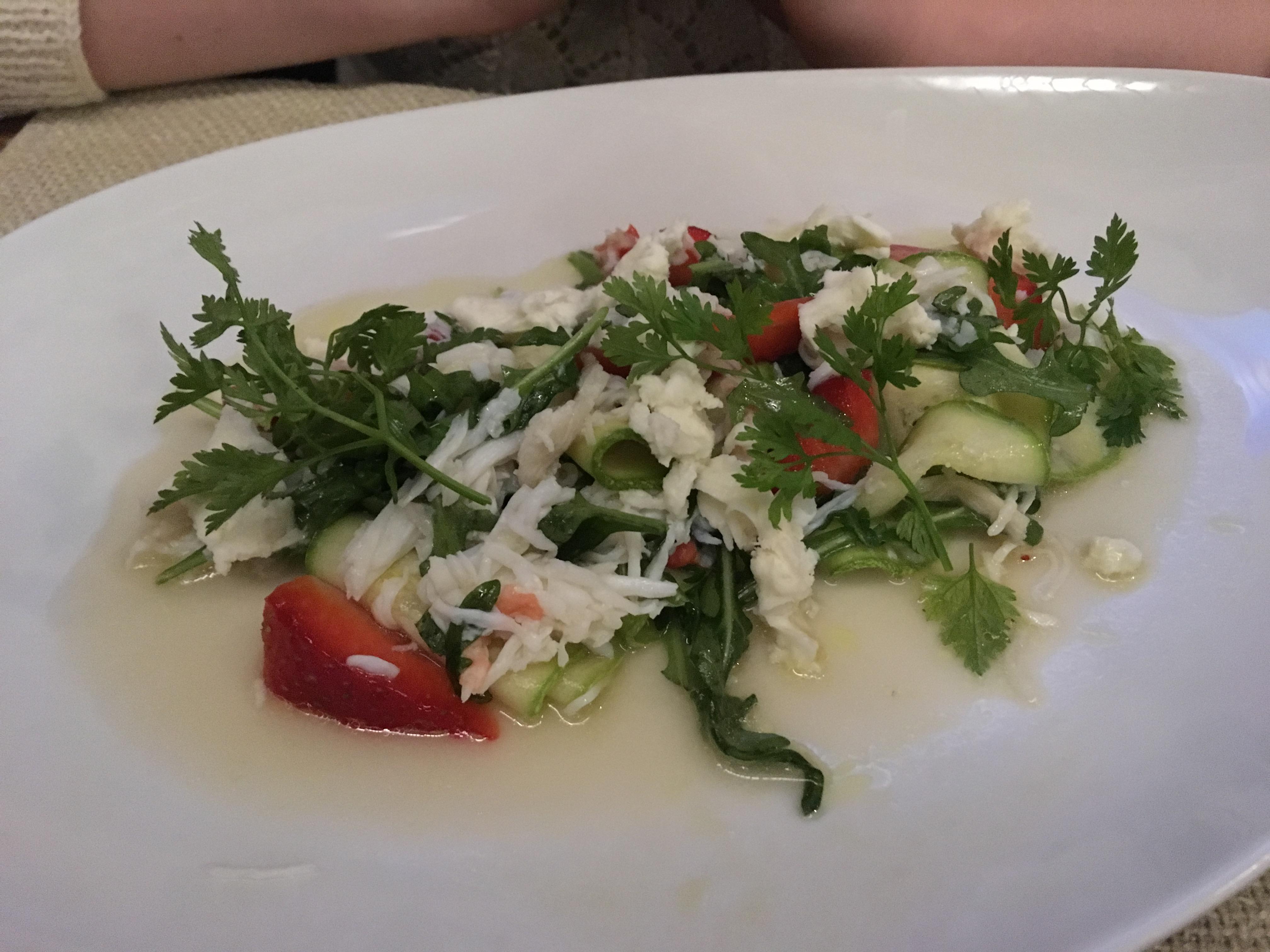 Салат с крабом, цукини и огурцом в Лосось-баре
