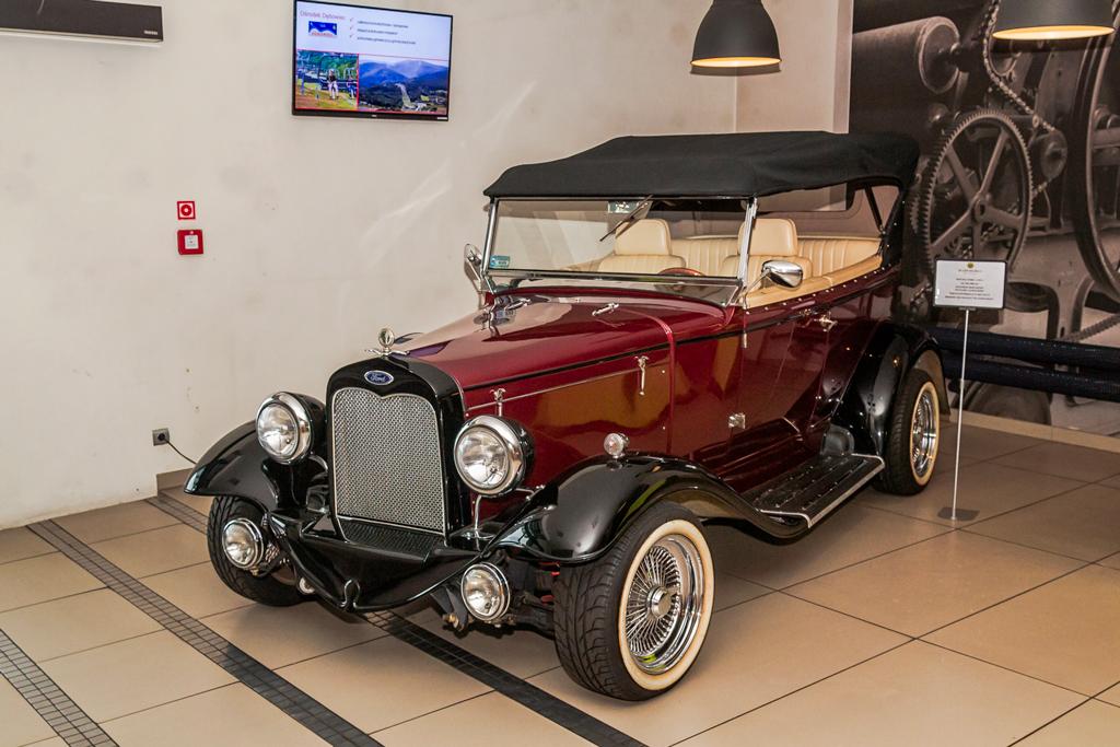 Реплика автомобиля в холле отеля Grepielnia