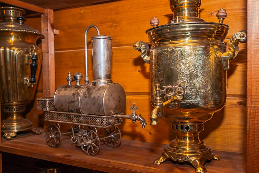 Старый самовар и кофеварка в виде поезда