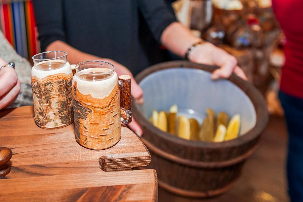 Пара стопок водки в бересте, Авинруме, Эстония