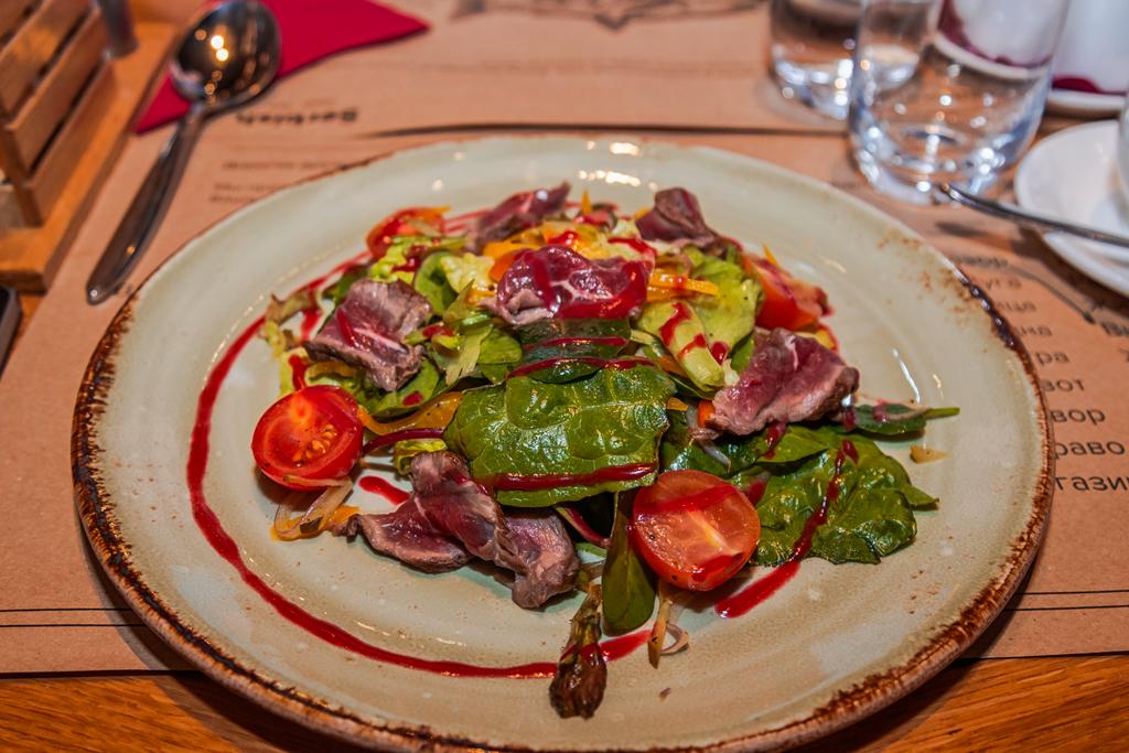 Салат из ростбифа с малиновой заправкой в ресторане Serbish