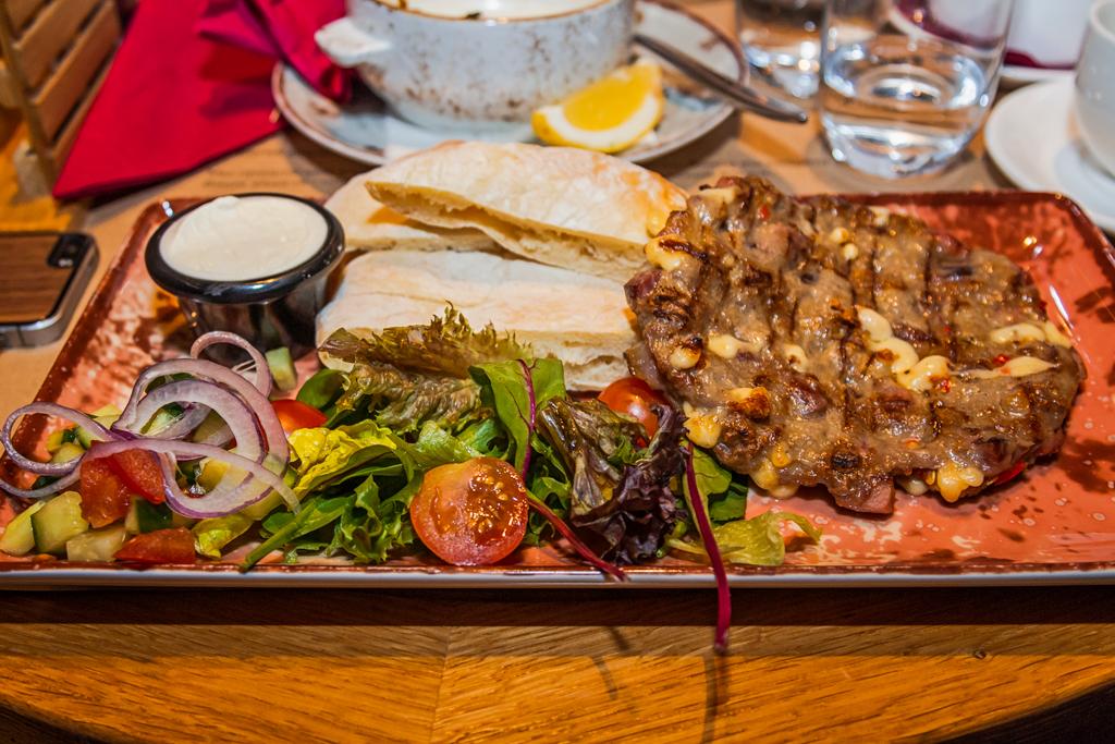 Плексавица макрели, национальное сербское блюдо в ресторане Serbish на улице Пестеля