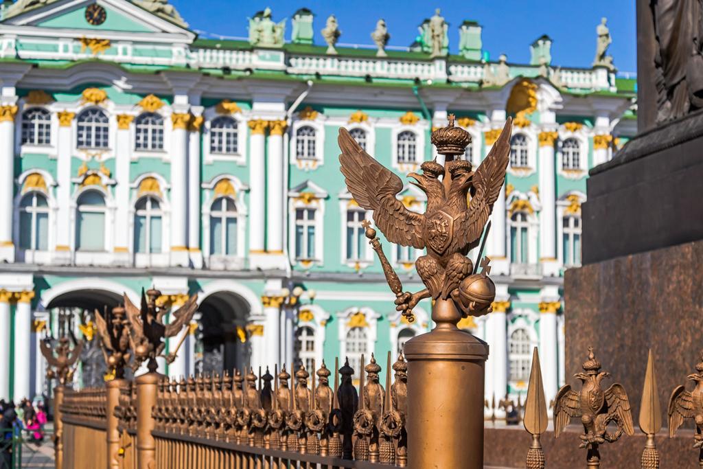 Орлы на ограде Александровской колонны