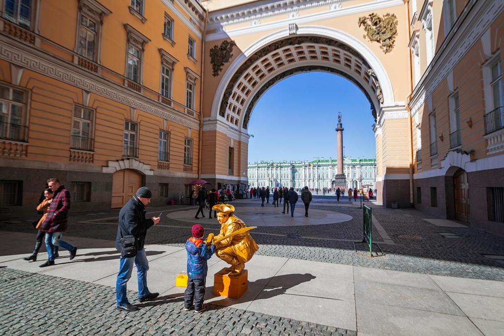 Вид на Александровскую колонну и Дворцовую площадь из Арки Генштаба