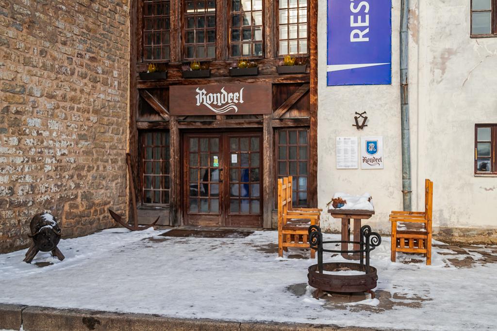 салат с жареной миногой из трав и яйцом пашот в ресторане Rondeel в Нарве