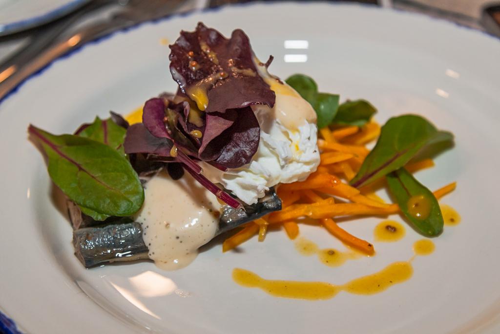 Свинина в горчичном соусе с чесночным картофелем в ресторане Rondeel в Нарве