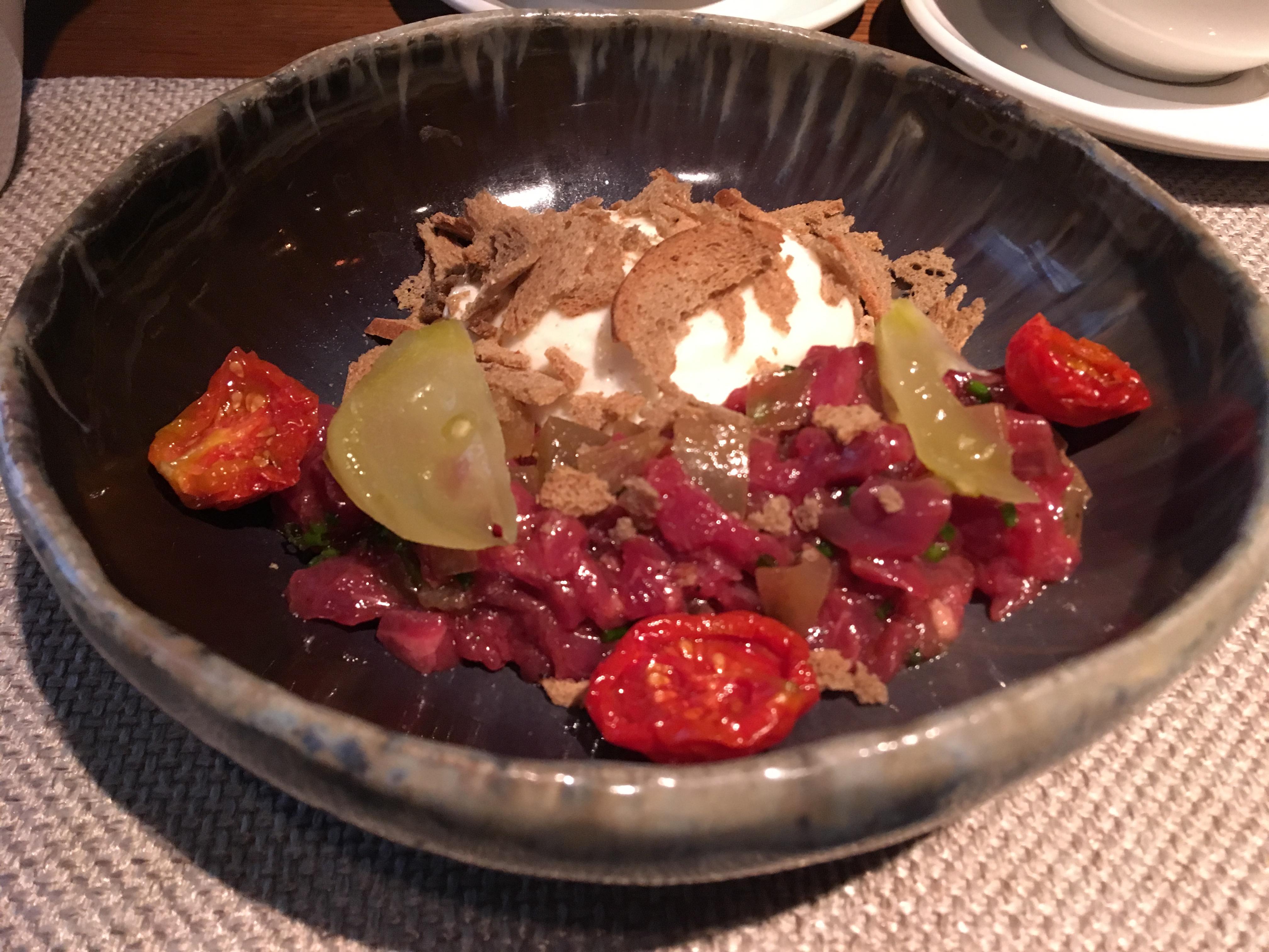 Тартар из говядины с маринованными зелеными томатами и муссом из сыра качотта в ресторане Schengen на Кирочной улице в Петербурге
