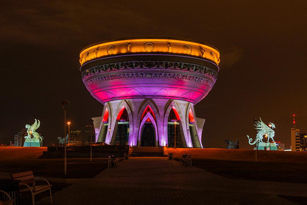 Казанский ЗАГС в форме чаши или казана, вид ночью с подсветкой в хорошем качестве