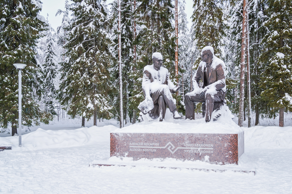 Памятник Косыгину и Кекконену в Костомукше