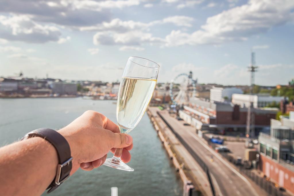Шампанское с видом на Хельсинки с парома Viking Line