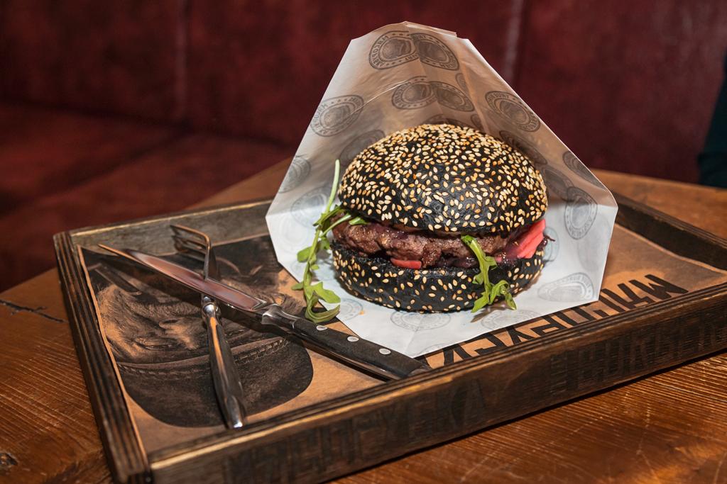 Винный риоха, черный бургер ресторана Мясорубка Angus на Литейном проспекте в Санкт-Петербурге