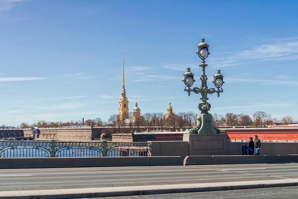 Троицкий мост и вид на Петропавловскую крепость. Французские фонари