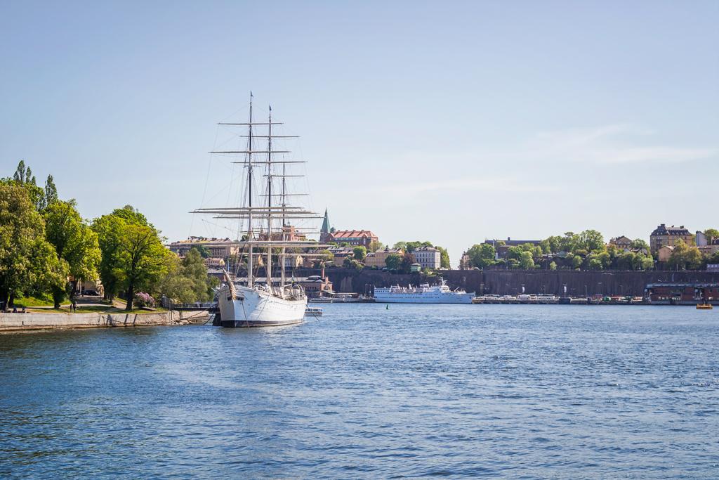 Корабль-парусник в водах Стокгольма