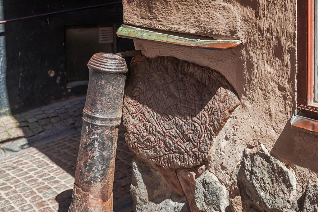 Рунный камень в Стокгольме, его история и легенды