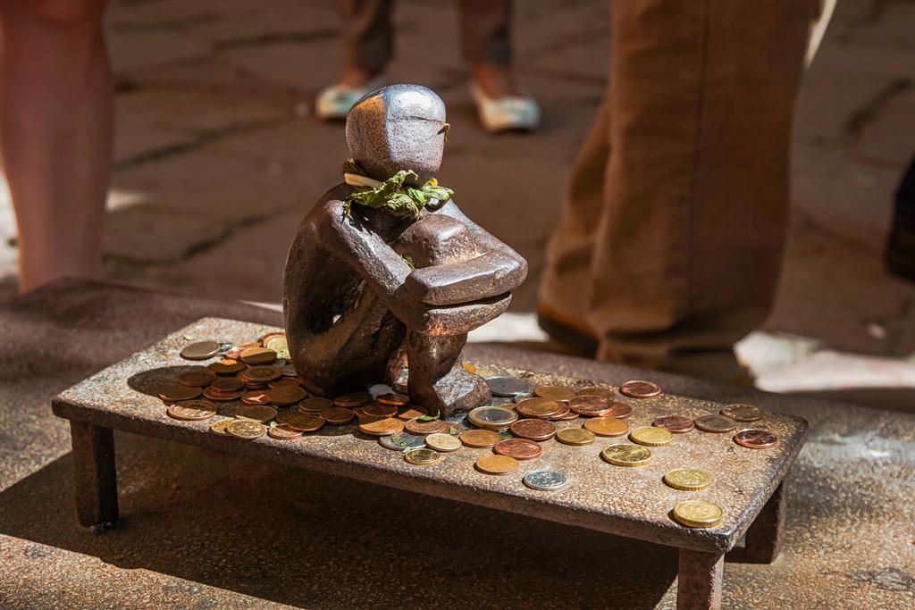Маленький памятник мальчику который смотрит на луну в Стокгольме