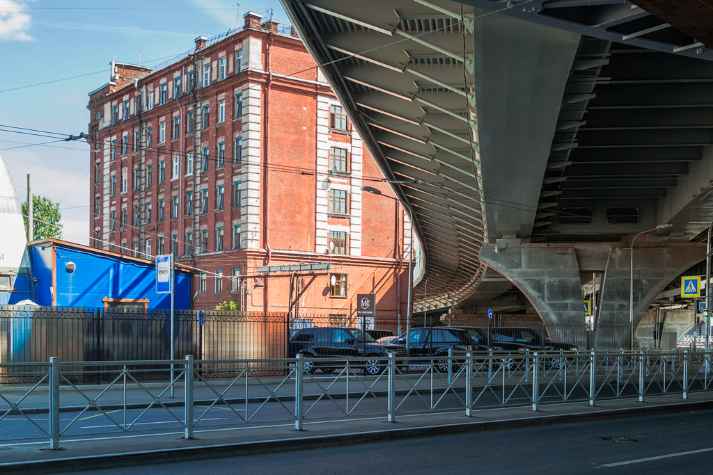 Мост Бетанкура проходит вплотную к дому на Ремесленной улице