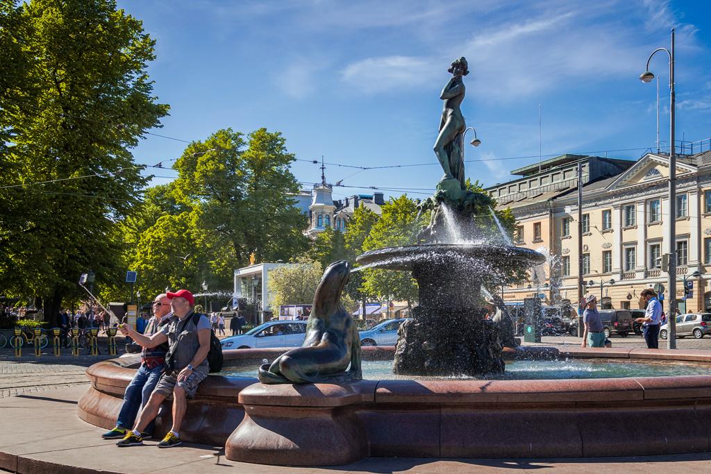 Фонтан Хавис Аманда в Хельсинки на рыночной площади
