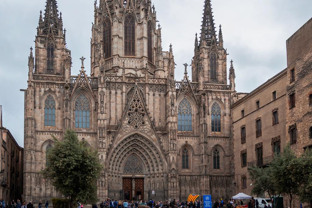 Срущие люди на улицах Барселоны