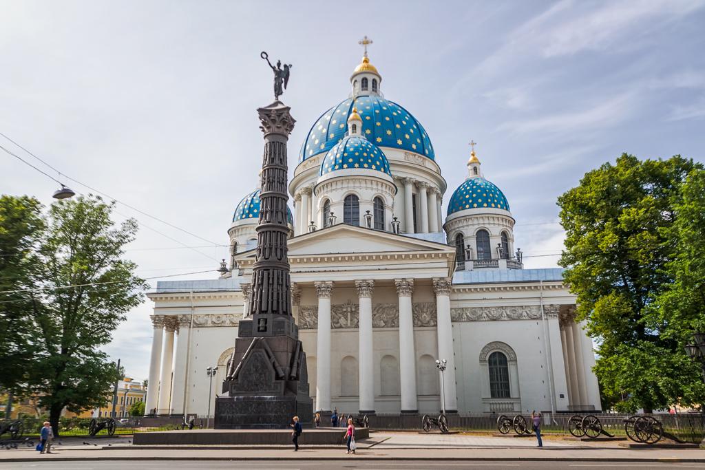 Троицкий собор в Петербурге и колонна победы