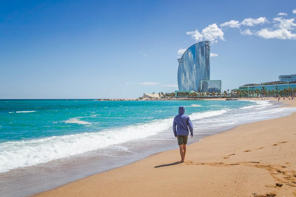 Пляж Барселонета в городе Барселона и отель W