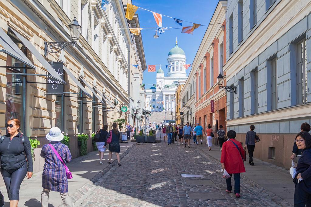 Улица Хельсинки в центре с видом на католический собор