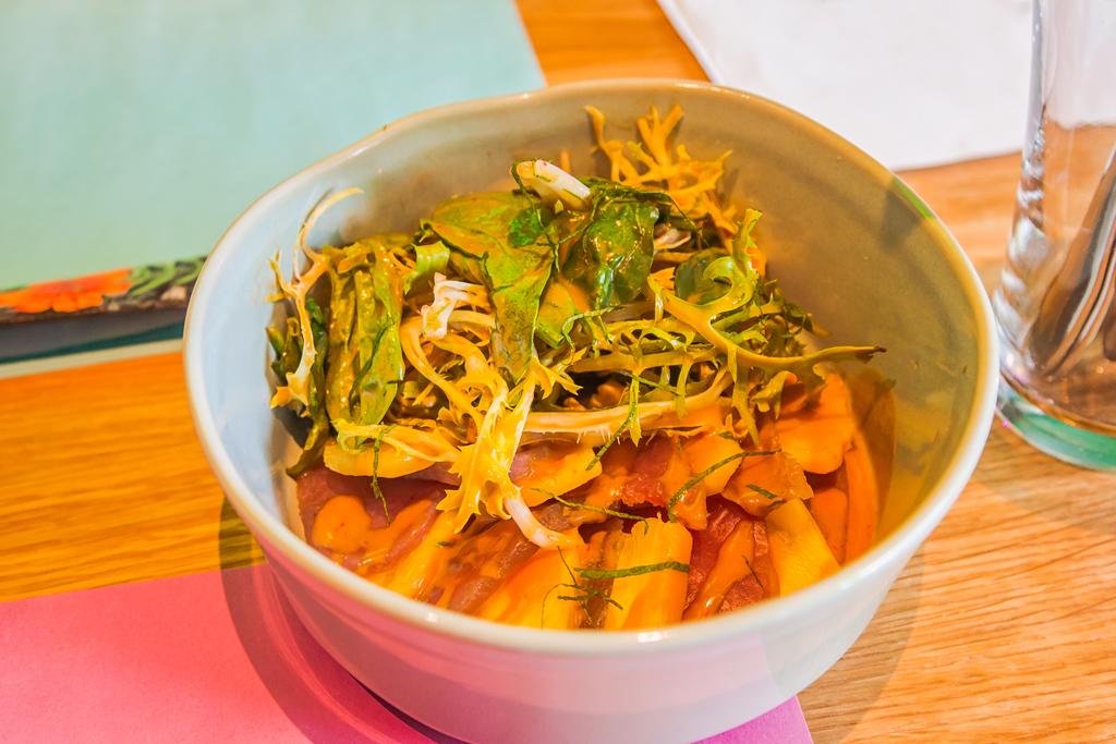 Тунец с ананасом в устрично имбирном соусе в ресторане Yoda Noodle Bar в Санкт-Петербурге
