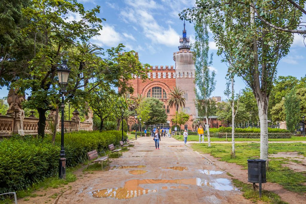 Замок трех драконов в Барселоне, был ресторан, зоологический музей