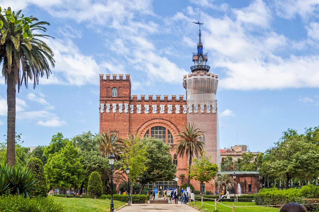 Замок трех драконов в парке Цитадели в городе Барселона