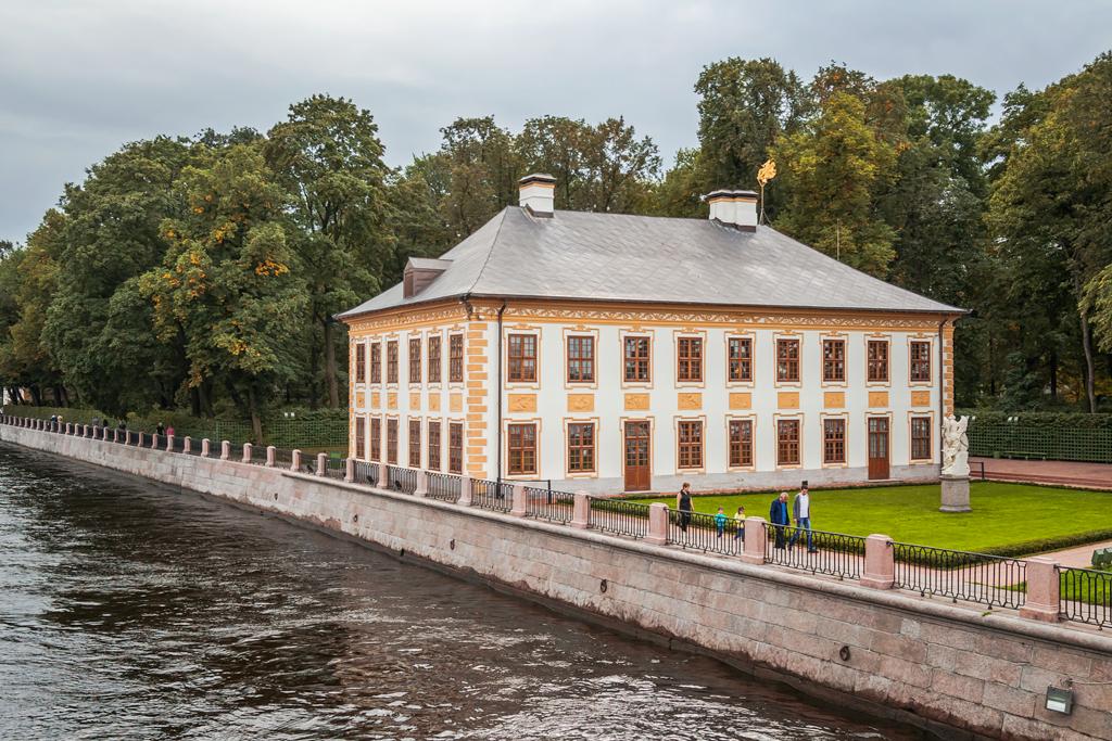 Дворец Петра в летнем саду в Петербурге