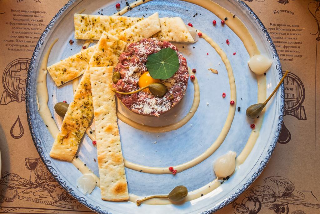 тартар с перепелиным яйцом и пармезаном в ресторане Тоскана Гриль в Санкт-Петербурге