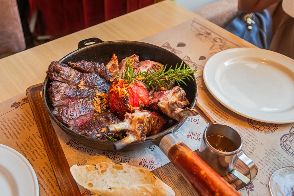 мясной тосканский гриль на сковороде на компанию в ресторане Тоскана Гриль в Санкт-Петербурге