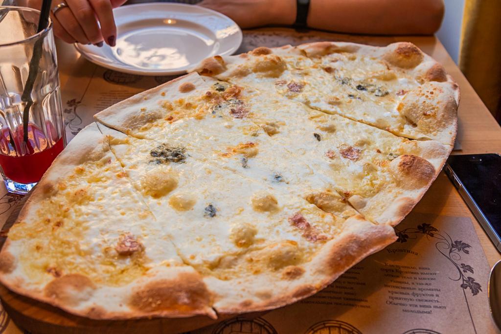 Пицца четыре сыра в ресторане Тоскана Гриль в Санкт-Петербурге