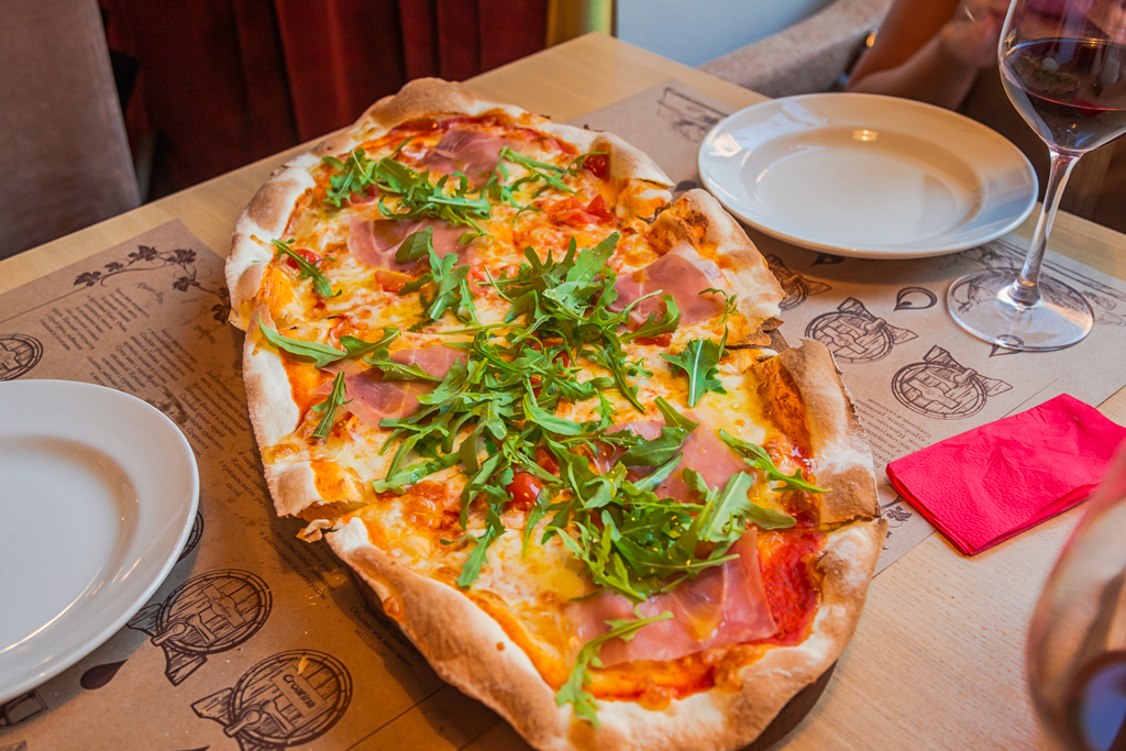 Пицца черри и парма в ресторане Тоскана Гриль в Санкт-Петербурге