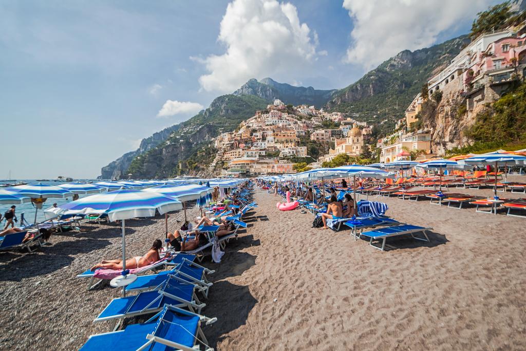 Городской пляж в Позитано, шезлонги и зонтики, песок, фото