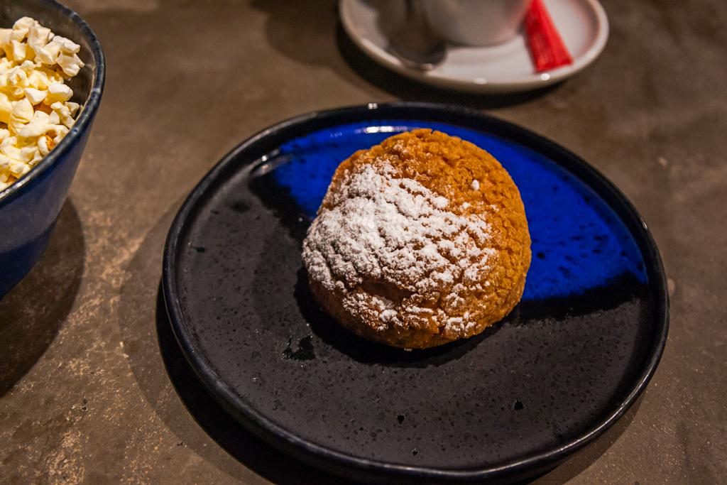 Шу с кремом манго-маракуя в ресторане баре Robata в Петербурге на Загародном проспекте