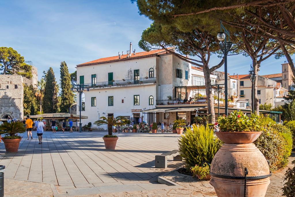 Главная площадь города Равелло в Италии на Амальфитанском побережье