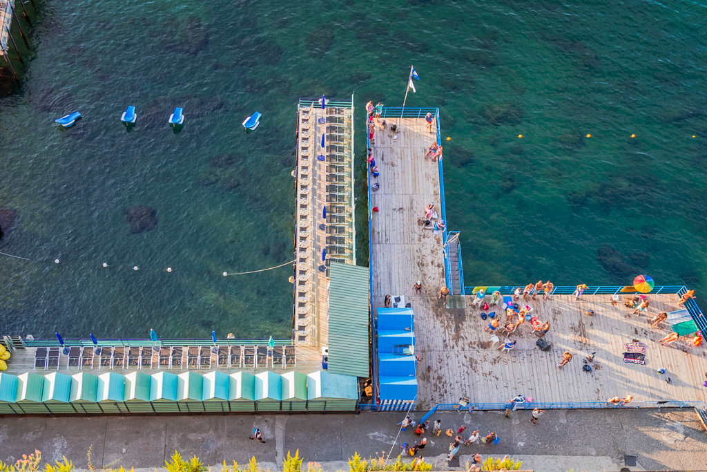 Пирс и пляжи в городе Сорренто