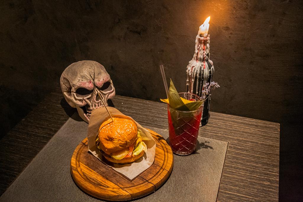 Бургер в баре Bloody Mary Bar & Grill